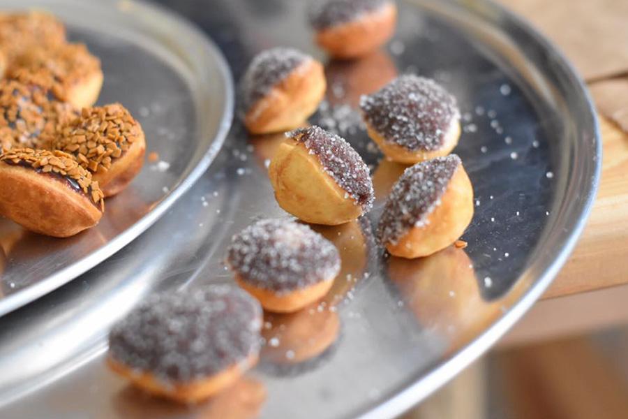 כדורים מטוגנים מפוצצים בקרם ריבת חלב