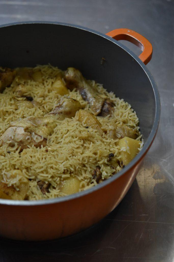 אורז עם עוף ותפוחי אדמה בסיר
